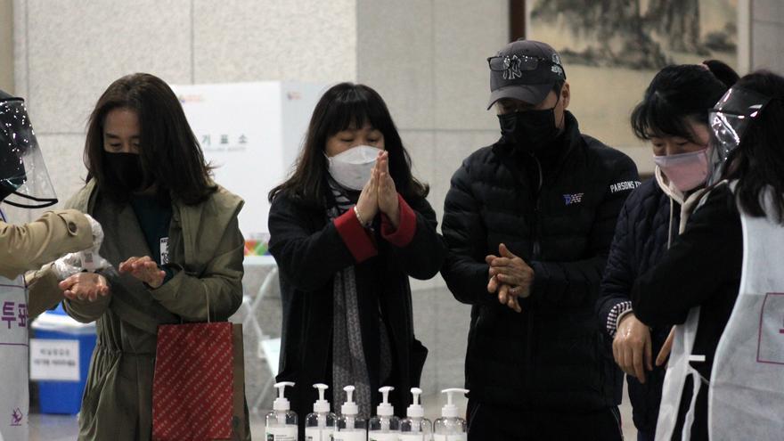 11 de abril de 2020, Corea del Sur, Daejeon: Los votantes utilizan desinfectantes de manos antes de emitir su voto en un colegio electoral en el segundo día de votación anticipada para las elecciones parlamentarias del 15 de abril.