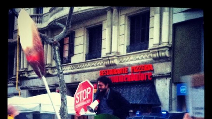 El activista de la PAH Adrià Alemany se emociona al anunciar ante los concentrados en la sede del PP en Barcelona que los populares admiten a trámite la ILP. (Foto: João França)