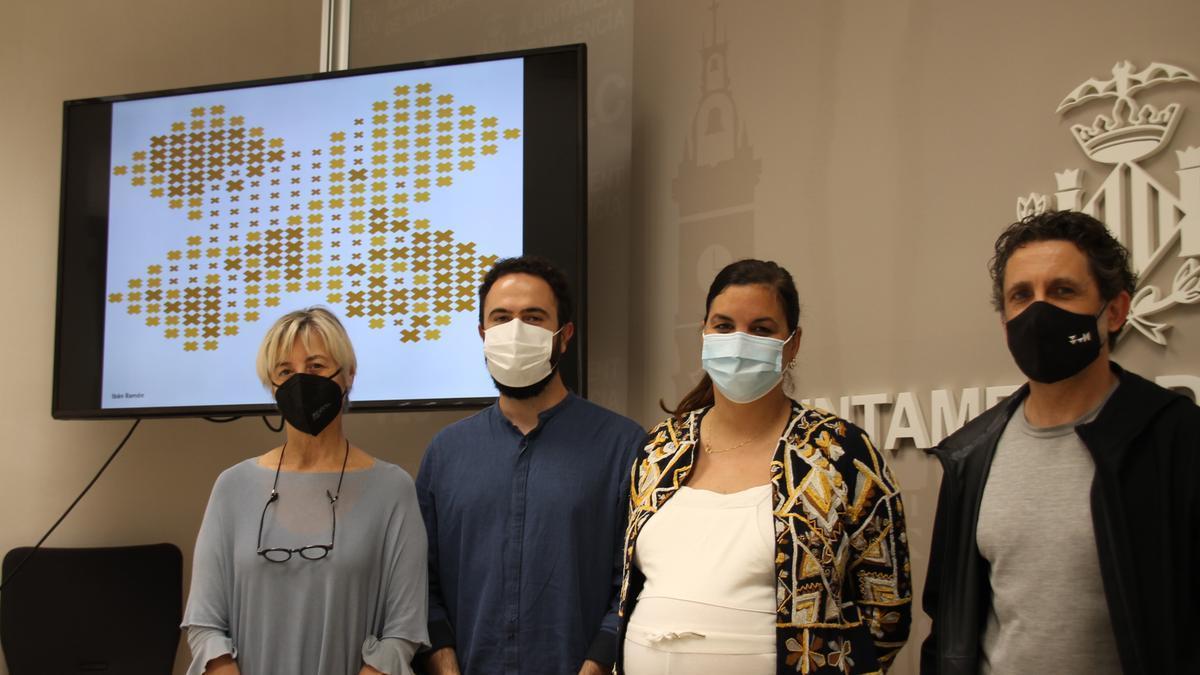 La vicealcaldesa, Sandra Gómez, con los diseñadores de la baldosa, proyectada en la pantalla del fondo.