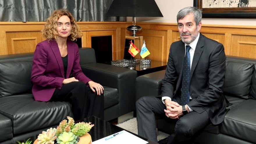 El presidente del Gobierno de Canarias, Fernando Clavijo, y la ministra de Política Territorial, Meritxell Batet, al inicio de la reunión que han mantenido en Las Palmas para acercar posturas sobre los presupuestos del Estado dedican a las islas. EFE/Elvira Urquijo A.
