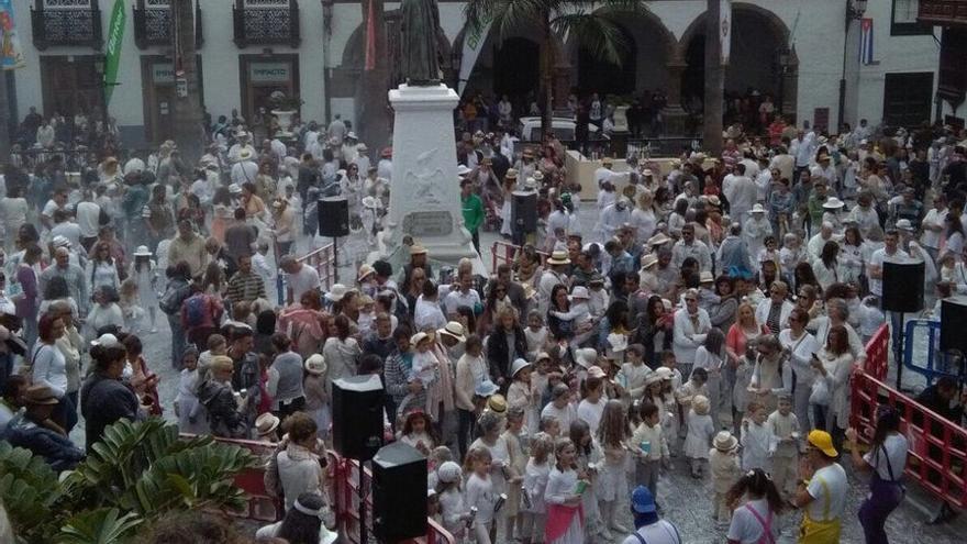 La plaza de España acogió este domingo a Los Indianitos.