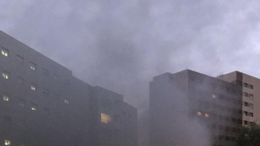 Humareda ocasionada por el fuego en el hospital de la Candelaria, en la capital tinerfeña
