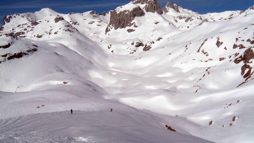 Torre de Altaiz con los Pozos de Lloroza a sus pies, sepultados bajo las nieves.