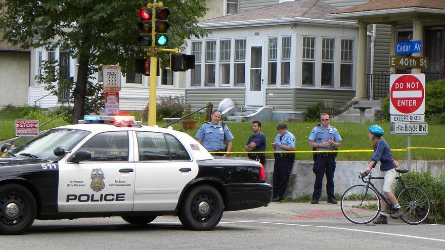 Policías rodean una vivienda en la protesta contra el desahucio de una familia en Minneapolis en 2012.