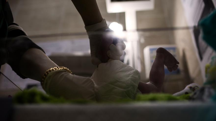 Una enfermera realiza los primeros chequeos médicos a un bebé tras el parto. Con frecuencia las familias sirias no tienen ni el dinero ni los documentos necesarios para poder registrar a los recién nacidos. Fotografía: Diego Ibarra Sánchez