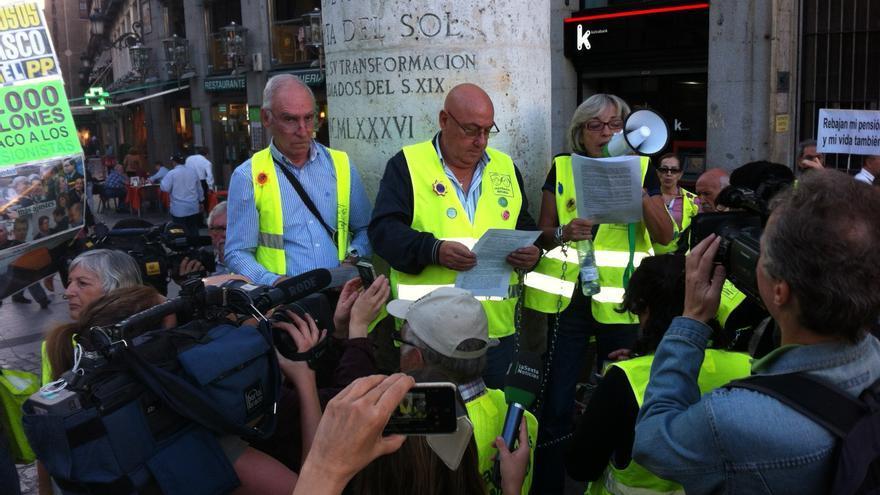 Los 'yayoflautas' se encadenan en la Puerta del Sol contra la reforma de las pensiones