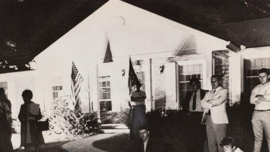 Personas reunidas alrededor de una televisión en el césped de casa del padre de Armstrong, 20 de julio de 1969.