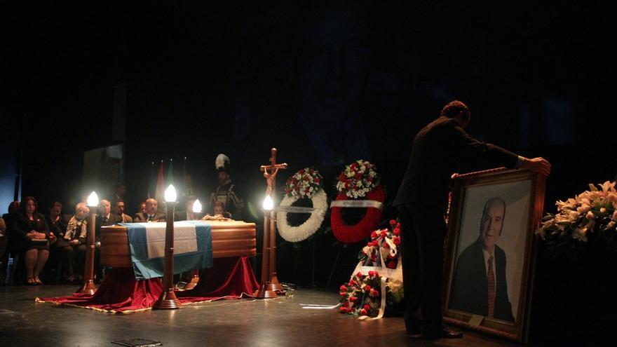 Miles de personas acuden a la capilla ardiente de Chiquito de la Calzada y despiden al humorista malagueño