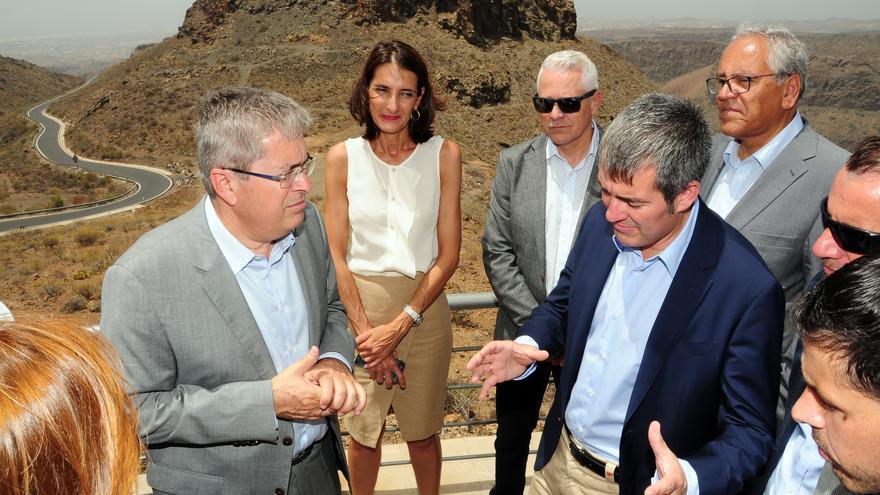 El presidente del Gobierno de Canarias, Fernando Clavijo, junto al alcalde de San Bartolomé de Tirajana, Marco Aurelio Pérez, en su visita al municipio