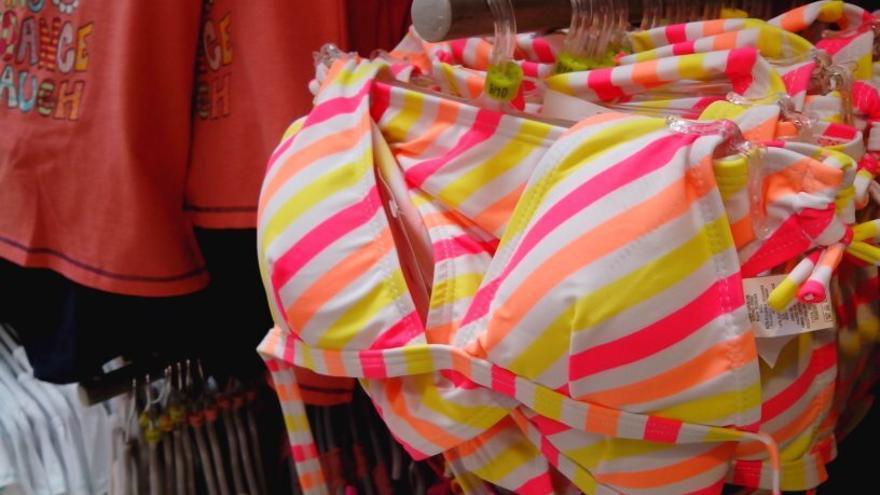 Bikinis con relleno de tallas infantiles / FACUA