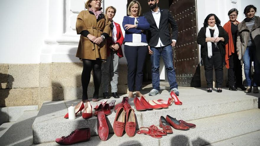 Autoridades y representantes políticos depositan zapatos rojos por las víctimas de violencia de género.