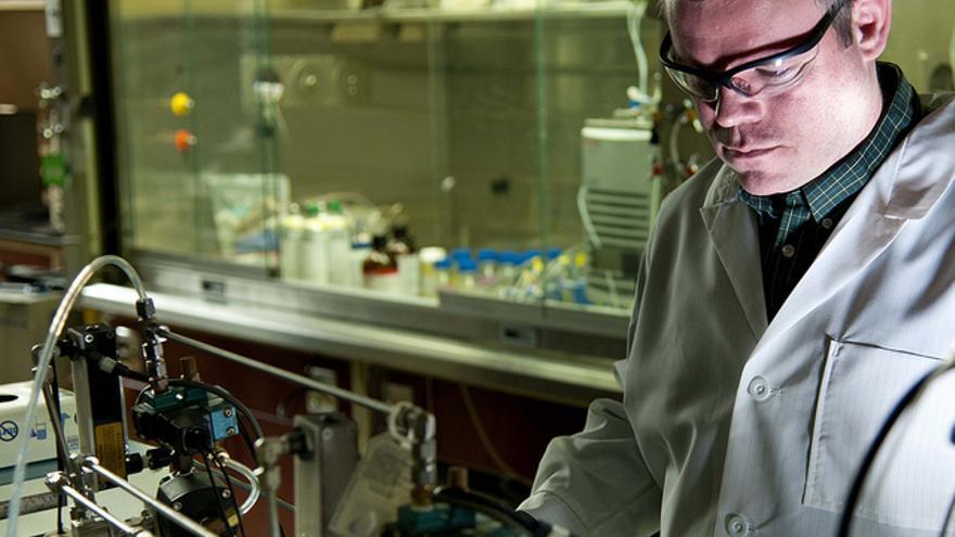 Investigador analizando la composición del grafeno