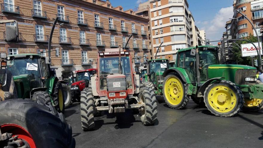 506 tractores y 150 camiones del Campo de Cartagena se han desplazado hasta al capital para reclamar medidas