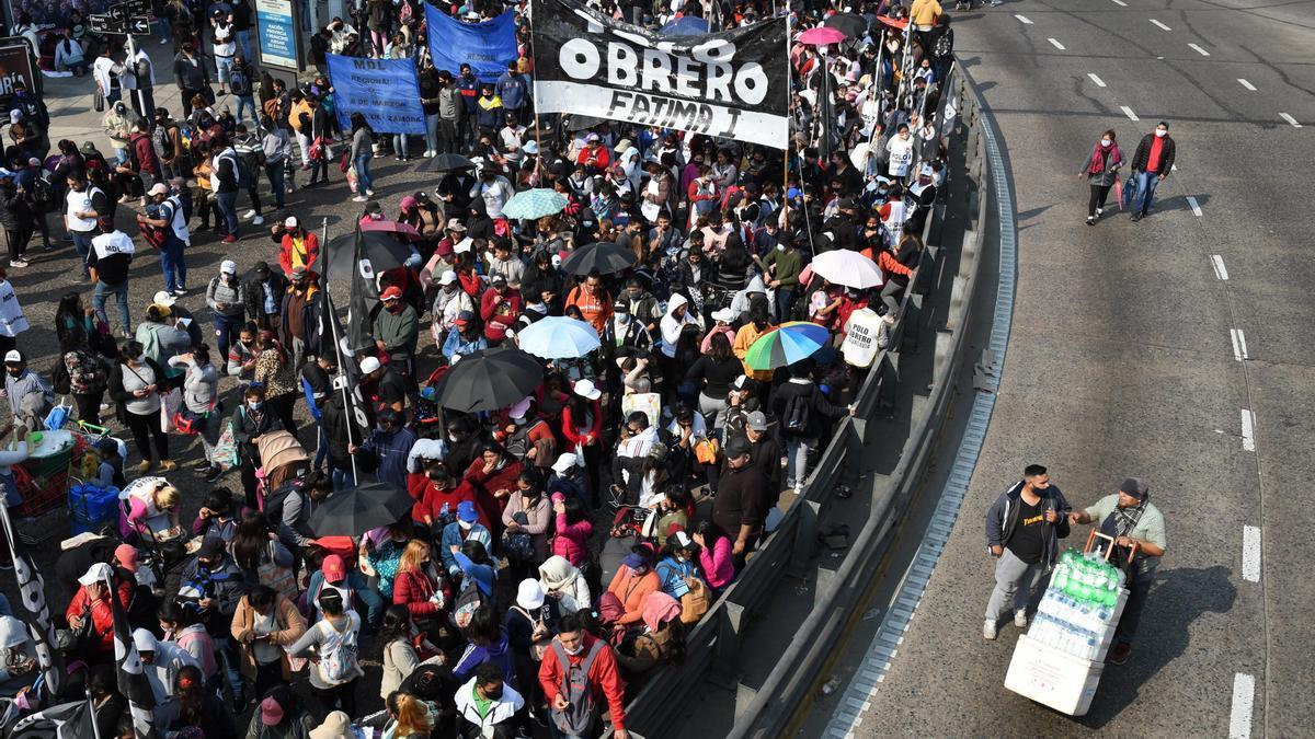 Organizaciones sociales, movilizados en el Puente Pueyrredón.