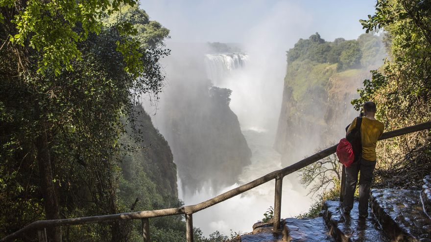 Un turista mira los satos de agua desde uno de los miradores de las Cataratas Victoria. Ninara