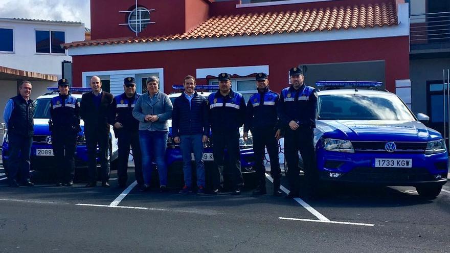 La alcaldesa de Los Llanos de Aridane, Noelia García, y el concejal de Seguridad Ciudadana, Mariano Hernández (c), con agentes de la Policía Local y otros dos profesionales.