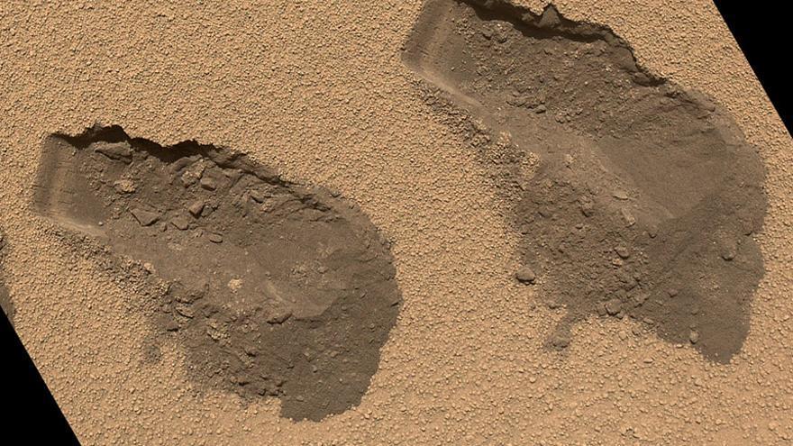 Huellas de las muestras de arena en las que el Curiosty encontró vapor de agua. Foto: NASA