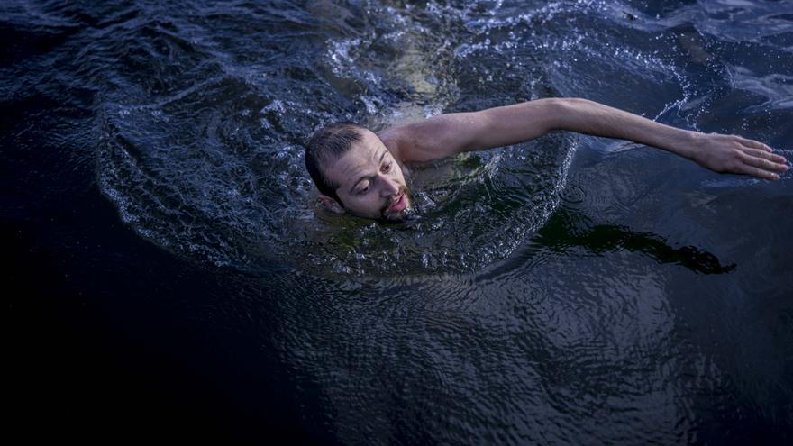 En uno de sus asiduos paseos con bicicleta, Nadym se relaja nadando en el lago de Weissensee. Nadym procede Latakia, una localidad costera donde su padre le enseñó a nadar. Desde entonces, ha sentido una conexión especial con el agua. | FOTO: María Contreras Coll.
