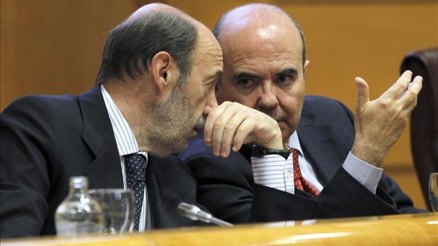 El secretario general del PSOE, Alfredo Pérez Rubalcaba, acompañado del secretario de Ciudades y Política Municipal del PSOE, Gaspar Zarrías. / Efe
