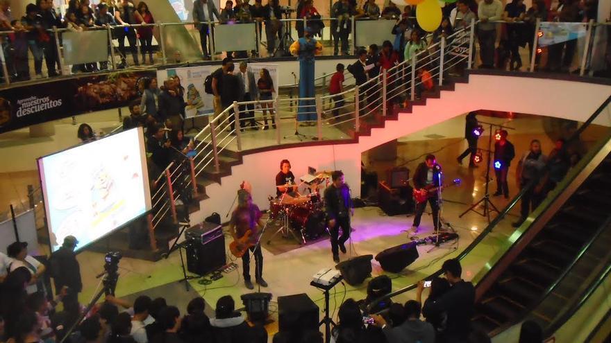 Concierto del grupo boliviano de rock 'Octavia' durante la presentación del 'Experminator' en el centro comercial Mega Center, de La Paz.