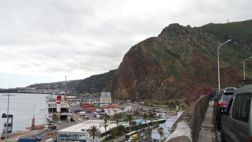 Risco de La Concepción y  zona de contenedores del muelle polivalente del Puerto de Santa Cruz de La Palma.