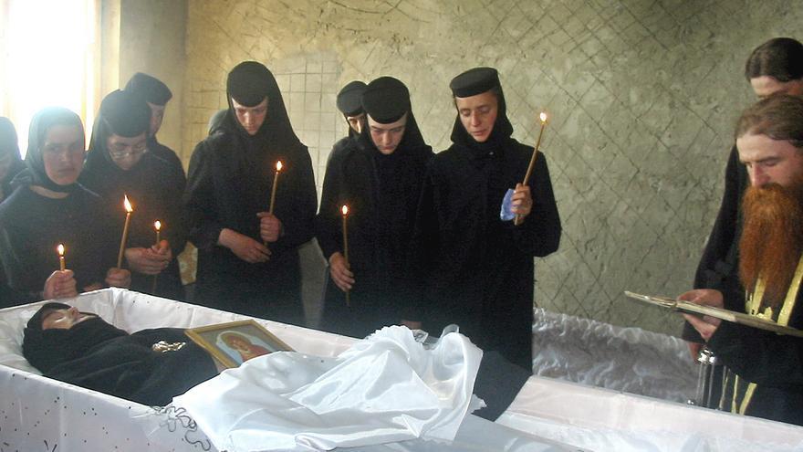 Monjas rumanas ortodoxas alrededor del féretro de la monja Maricica Irina Cornici, cerca de Vaslui, al norte de Rumania, fallecida tras un exorcismo en junio de 2005. PROIMAGE / AP Photo / Gtresonline