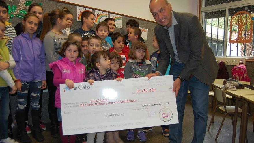 En la imagen, acto de entrega  de 1.132  euros a la Cruz Roja por parte de la Escuela Unitaria Benahoare.