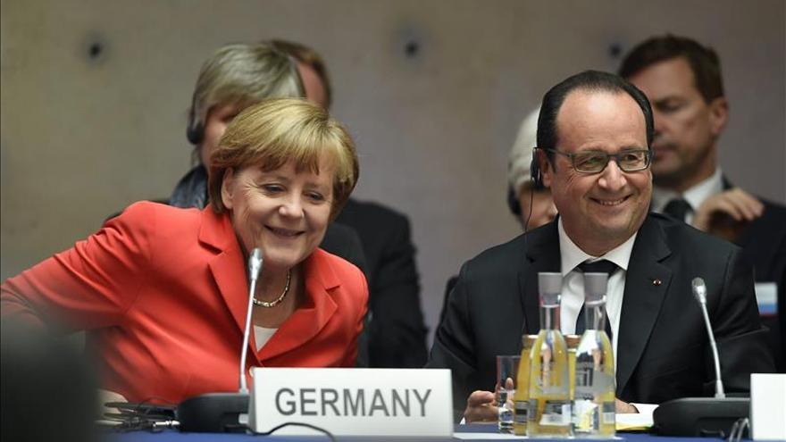Hollande rechaza cuotas de refugiados y acuerda con Merkel estudiar un modelo