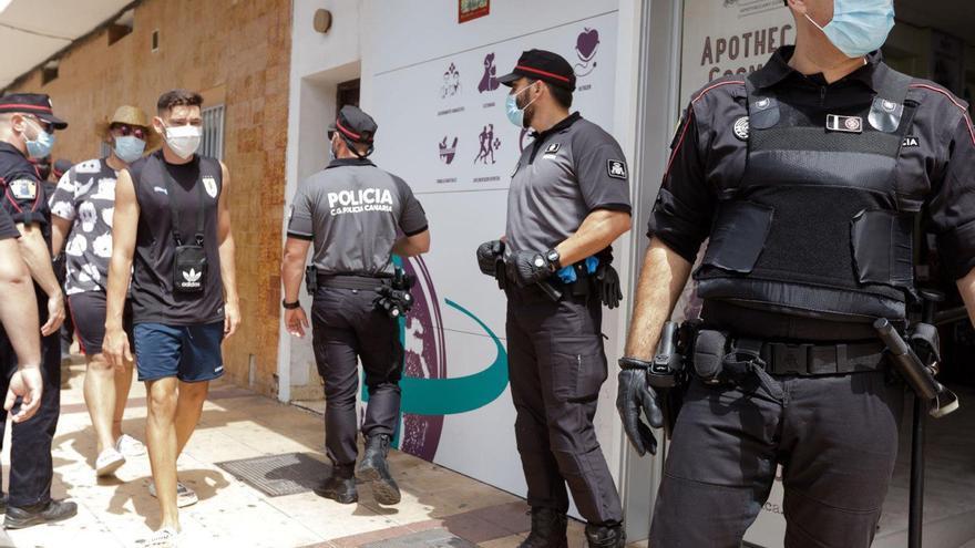 Despliegue policial en Canarias para vigilar que se usa la mascarilla.