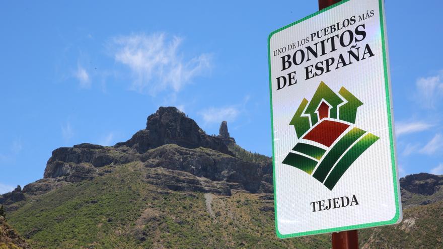 Cartel del título de la asociación de Pueblos Bonitos de España con el Roque Nublo de fondo. (Alejandro Ramos).