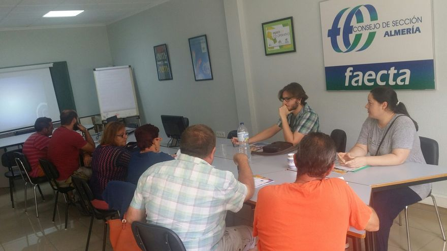 Una de las reuniones grupales destinadas a valorar la situación de las personas que acuden a este servicio.