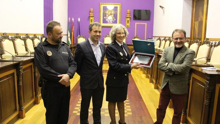 El Ayuntamiento rinde homenaje a Purificación Sánchez, la primera mujer en ingresar en la Policía Local