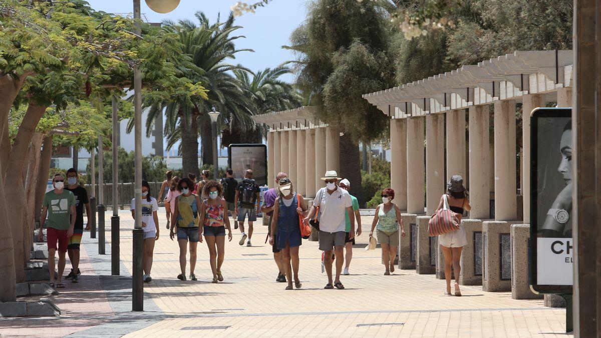 Turistas en los alrededores del Faro de Maspalomas (Gran Canaria)