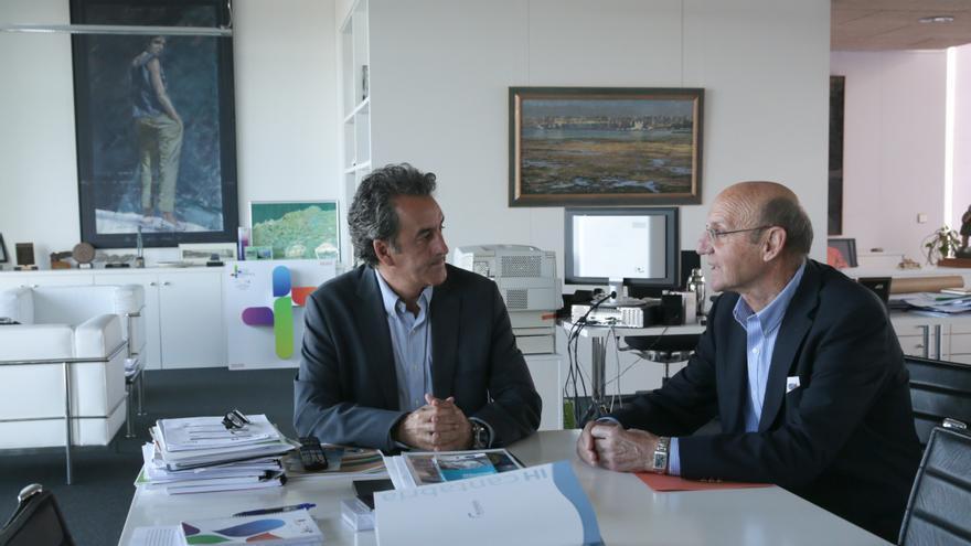El consejero de Industria junto al alcalde de San Felices, José Antonio González Linares