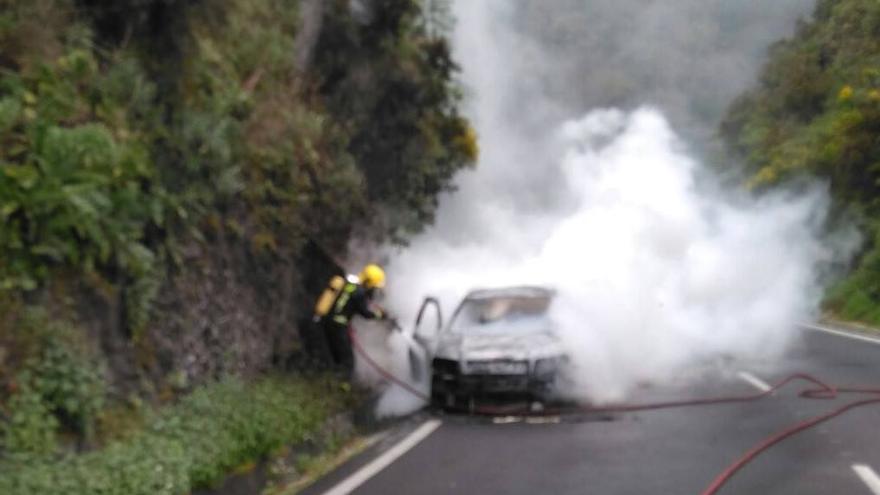 En la imagen, el vehículo envuelto en humo. Foto: BOMBEROS LA PALMA.