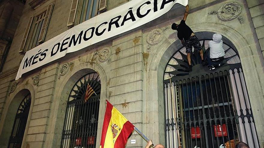 """Puigdemont y Colau deploran intento de arrancar pancarta de """"Más democracia"""""""
