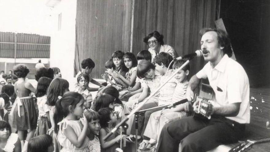 Suso Vaamonde, interpretando una de sus canciones para público infantil en 1979