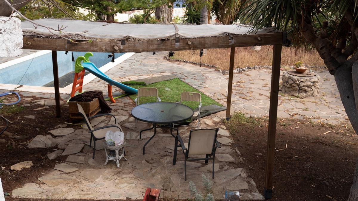 La Guardia Civil lleva a cabo este viernes un registro en la vivienda y una finca en Candelaria (Tenerife) de Tomás Antonio G.C., desaparecido este martes al igual que sus dos hijas, de uno y seis años.