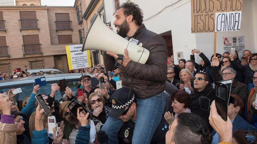 """""""Spiriman"""" se dirige a los concentrados ante el juzgado a hombros de un policía"""