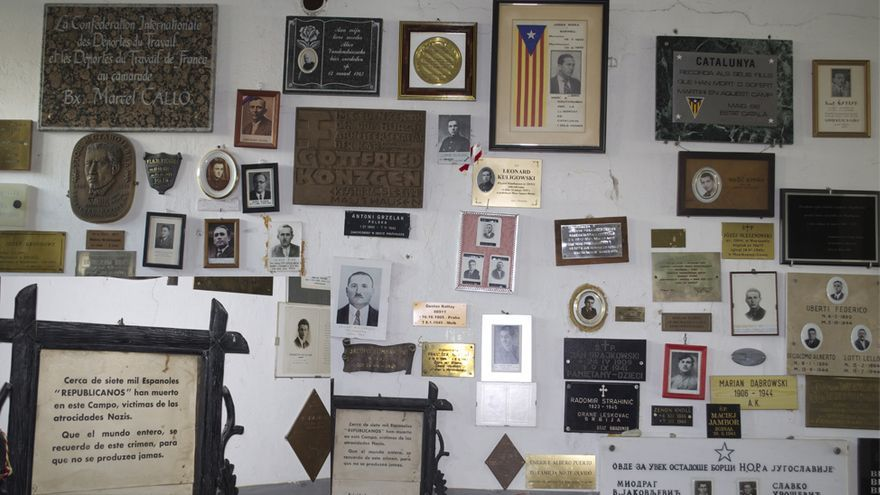 Placas en recuerdo de las víctimas de Mauthausen pueblan las paredes del crematorio del campo