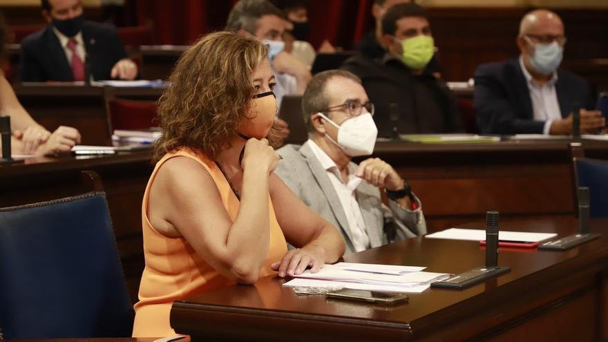 La presidenta del Govern, Francina Armengol, en la sala de plenos del Parlament junto al vicepresidente Juan Pedro Yllanes, en el Debate de Política General 2021.