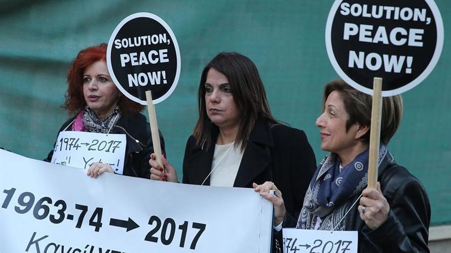 Líderes chipriotas celebran primer encuentro informal tras suspensión diálogo