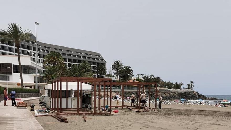 Construcción del chiringuito en Playa de Las Burras.