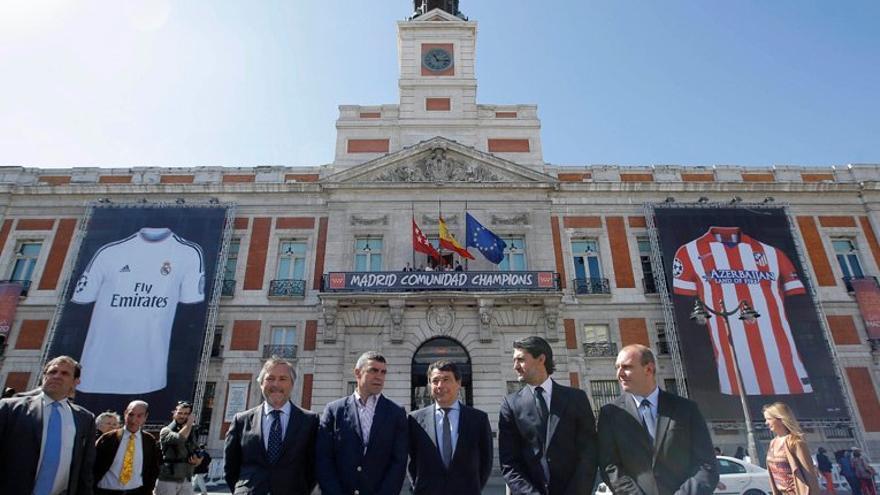 Ignacio González, este miércoles, tras descubrir dos camisetas gigantes del Real Madrid y Atlético en la fachada de la sede de la Comunidad, en la Puerta del Sol. / madrid.org