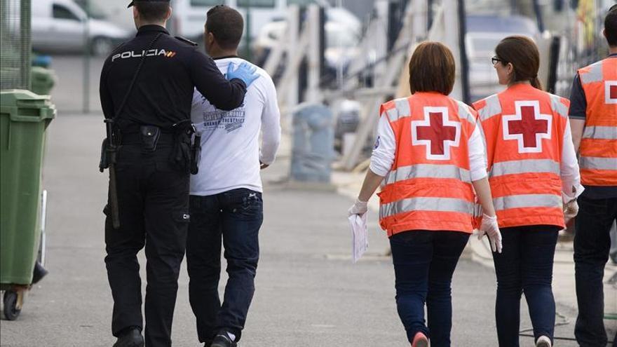Rescatados siete inmigrantes en una lancha de juguete en el Estrecho