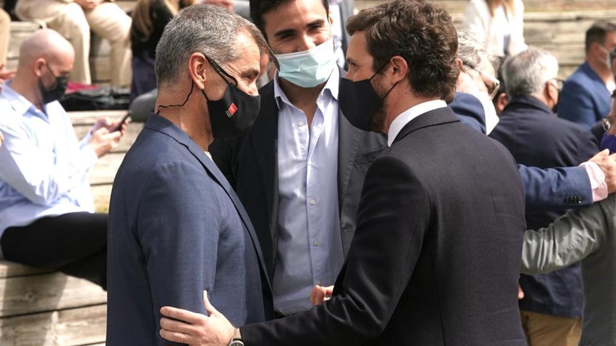 Toni Cantó y Pablo Casado, este miércoles, durante la presentación de la candidatura de Ayuso.