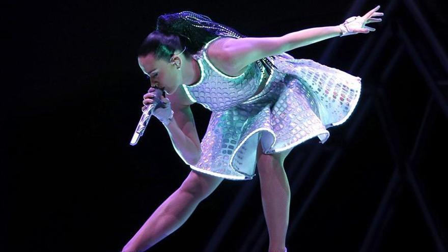 Katy Perry despliega su música y fuegos artificiales en Barcelona