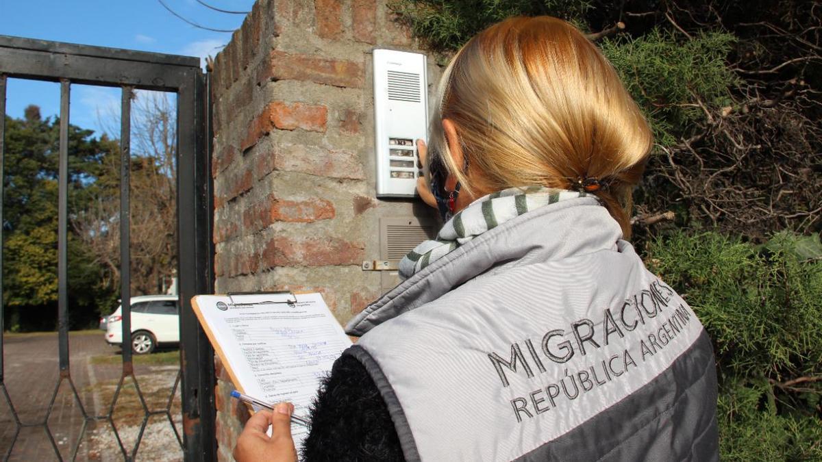 Operativo de Migraciones sobre cumplimiento de aislamiento.