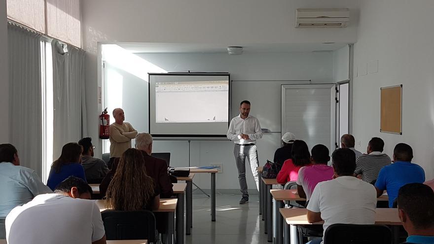 El Ayuntamiento de San Bartolomé de Tirajana ha ofrecido durante este viernes a una treintena de agricultores del municipio