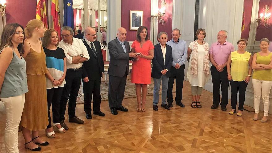 El síndic de Greuges, José Cholbi, entrega el informe sobre violencia de género a la vicepresidenta de las Corts, Carmen Martínez
